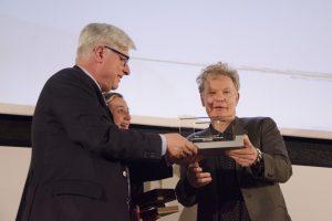 Julien Temple che riceve il premio durante il Lucca Film Festival e Europa Cinema 2017