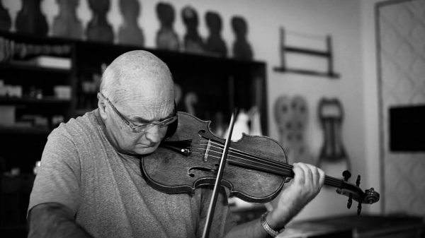 Bruno Monsaingeon mentre suona il violino
